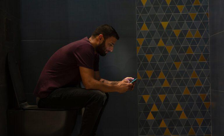 Utiliser son smartphone aux toilettes est dangereux