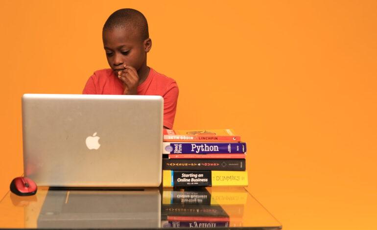 Joshua Agboola (9 ans) développe un site web pour son école