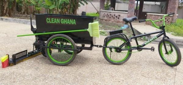 Un jeune ghanéen fabrique un « vélo balayage »