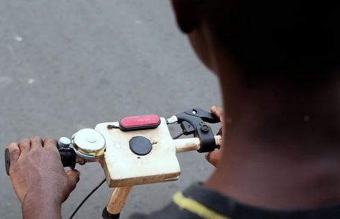 Ghana : un adolescent invente un scooter électrique solaire